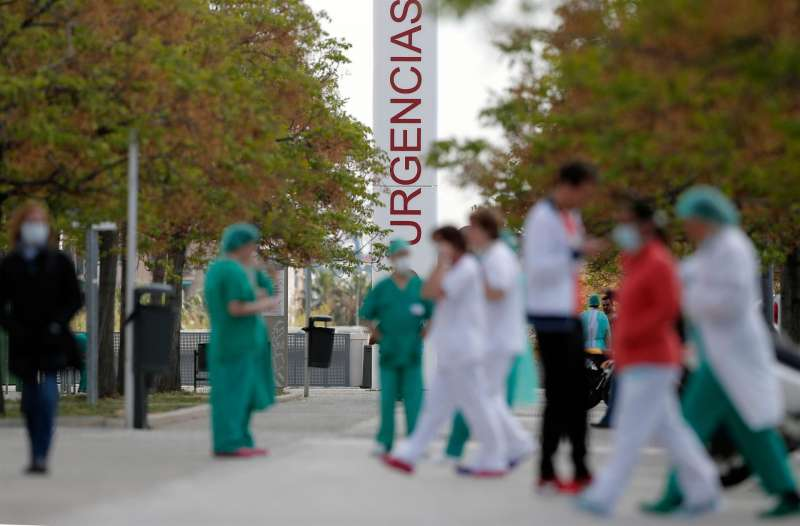 Trabajadores sanitarios del hospital La Fe de Valencia, en un momento de descanso.