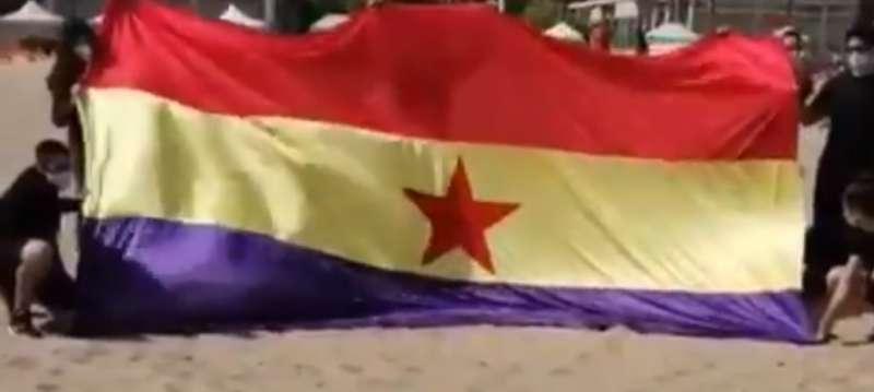 El Frente Obrero saca una bandera republicana de grandes dimensiones tras retirar las españolas