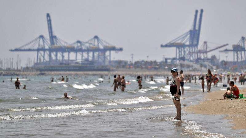 El Ayuntamiento de València ha reabierto la playas de la Malvarrosa (en la imagen) y la Devesa, cerradas por superar los niveles permitidos de la bacteria Escherichia. EFE