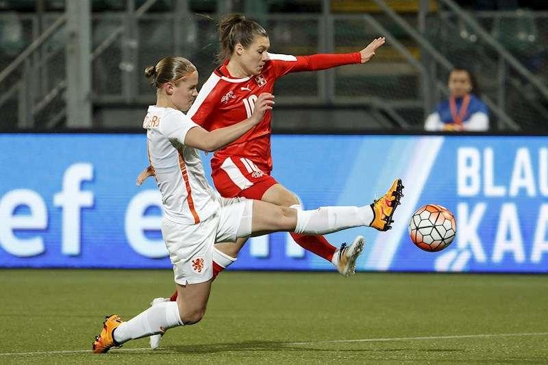 La jugadora del Valencia, Mandy van den Berg, en un partido de la selección de su país, Holanda.