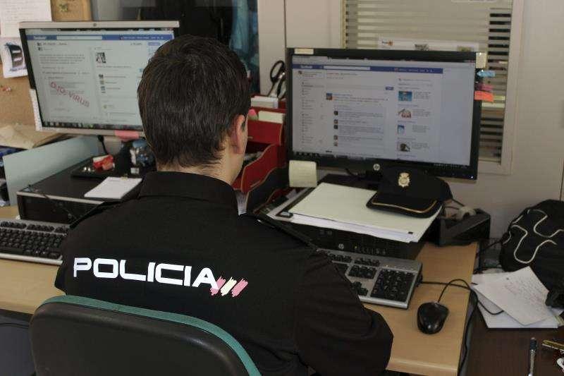 Un agente de la Policía Nacional en una operación contra el fraude telemático. EFE/Archivo