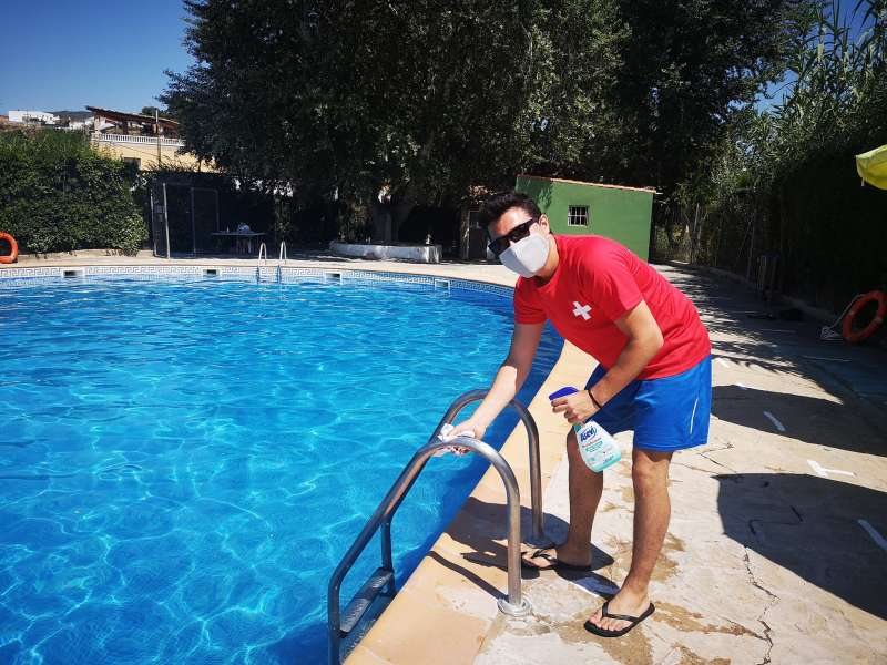 Desinfectando la piscina de Calles. EPDA