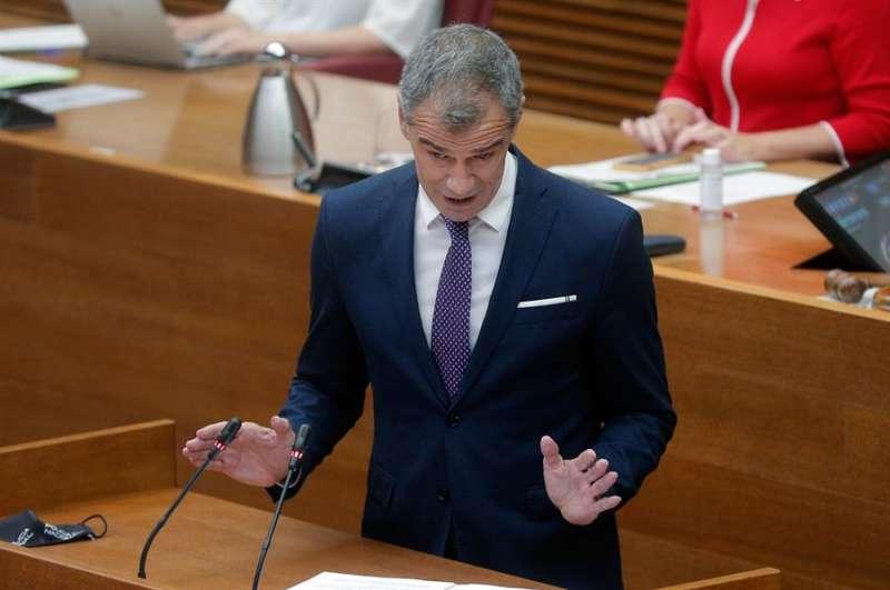 El portavoz de Ciudadanos, Toni Cantó, al inicio de su intervención en el debate de política general en Les Corts. EFE