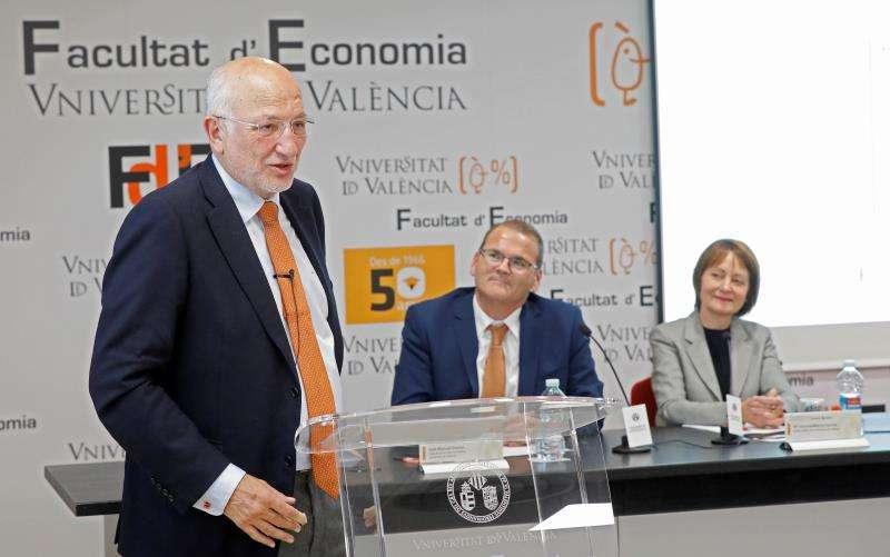 El presidente de Mercadona, Juan Roig, durante la ponencia que ha impartido en la Facultad de Economía de València. EFE/EDEM