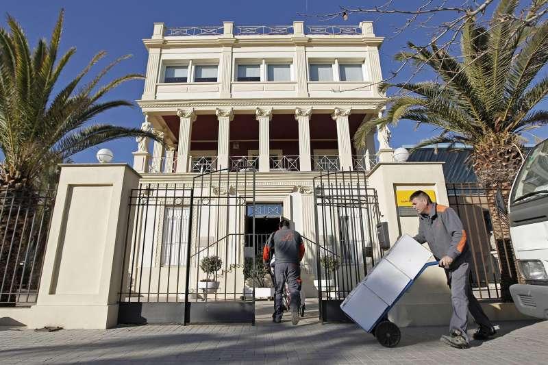 Imagen de archivo de dos operarios trasladando parte de las cajas que contienen el legado mas intimista de Vicente Blasco Ibáñez a la Casa-Museo del escritor ante la playa de La Malvarrosa.