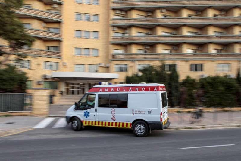 Imagen de archivo de una ambulancia llegando al antiguo Hospital La Fe de València. EFE