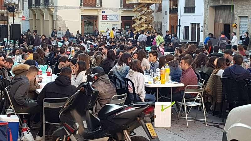 Degustando la paella en plaza del Almudín. Foto. A. Saura