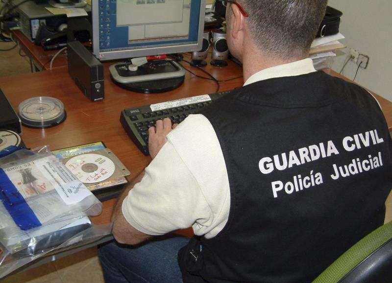 Fotografía de la Guardia Civil de una operación contra la corrupción de menores. EFE/Archivo