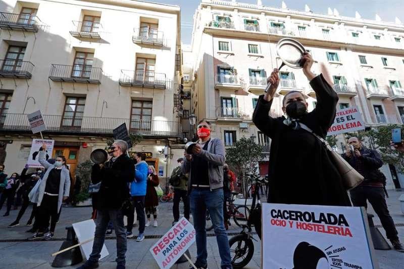 Cacerolada a las puertas del Palau de la Generalitat del sector de la hostelería. EFE
