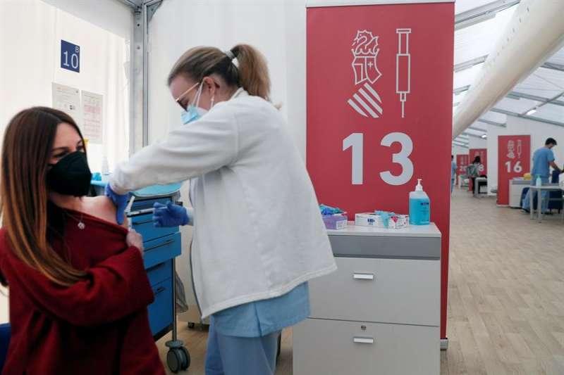 Varios profesores reciben la vacuna de AstraZeneca a primeras horas de la tarde de este lunes. EFE