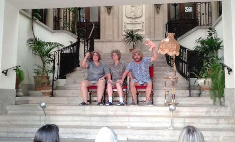 Representación en la escalera del Ayuntamiento