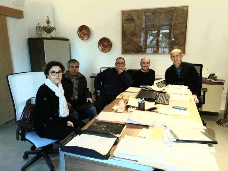 Una imagen de la reunión de la coordinadora con el alcalde de Manises, Jesús Borrás (d). EFE
