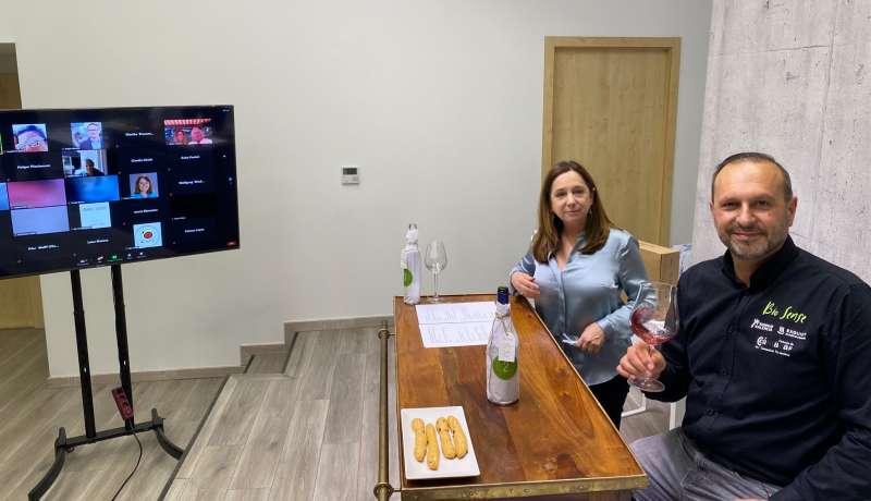 El enólogo Pedro Olivares y Ana Merelo, pdta de la Asociación Empresarial Valencia Premium durante la cata virtual Bio Sense