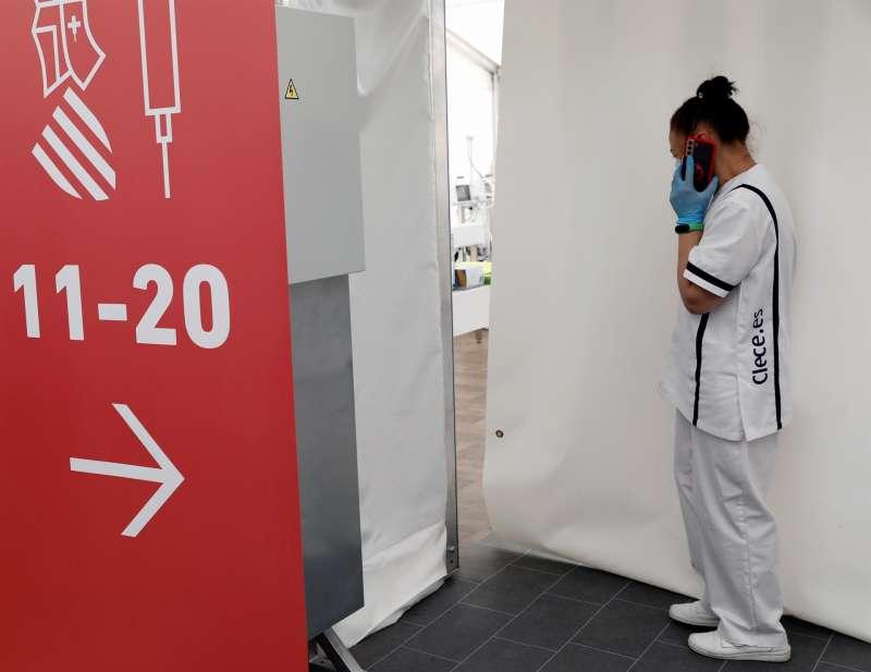 Imagen de archivo de una sanitaria en dependencias sanitarias auxiliares ante la pandemia. EFE