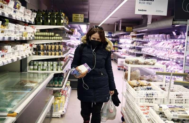 Una persona compra en un supermercado. EFE/ Javier López/Archivo