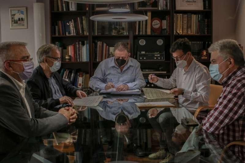 En el acto del acuerdo estuvieron presentes el Alcalde Jesús Ros y Alfred Ramos, presidente de IDECO y Pascual Martínez, concejal de Participación Ciudadana