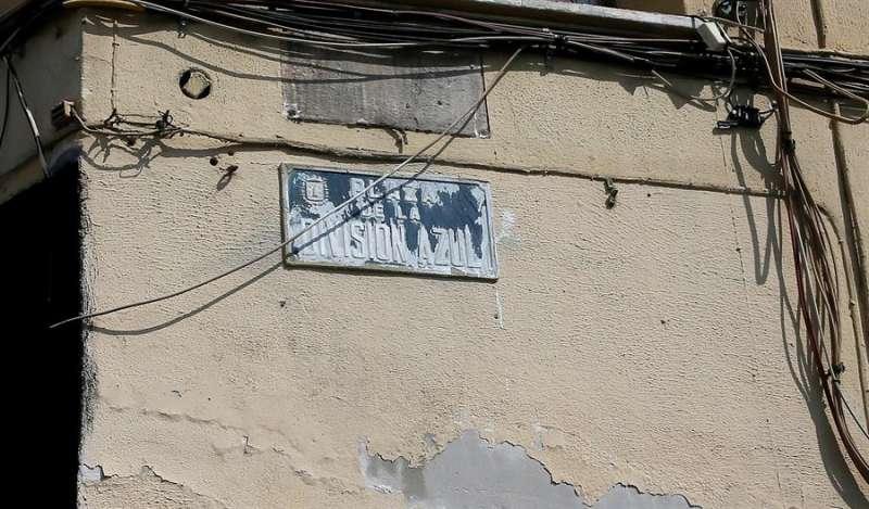 La placa con el nombre de una plaza dedicada a la