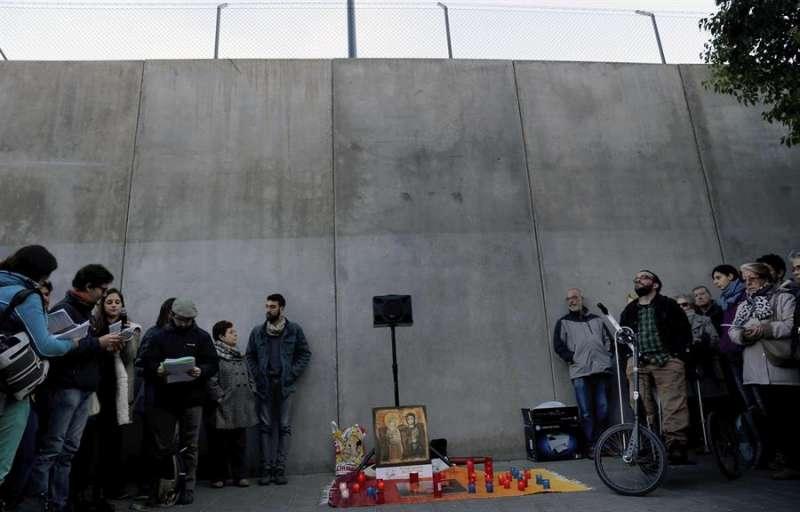 Concentración en el CIE de Zapadores para rezar por los extranjeros que se encuentran en su interior. EFE