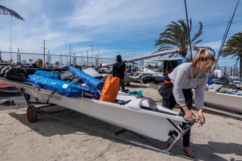 Una mujer prepara una embarcación para salir a navegar. EFE
