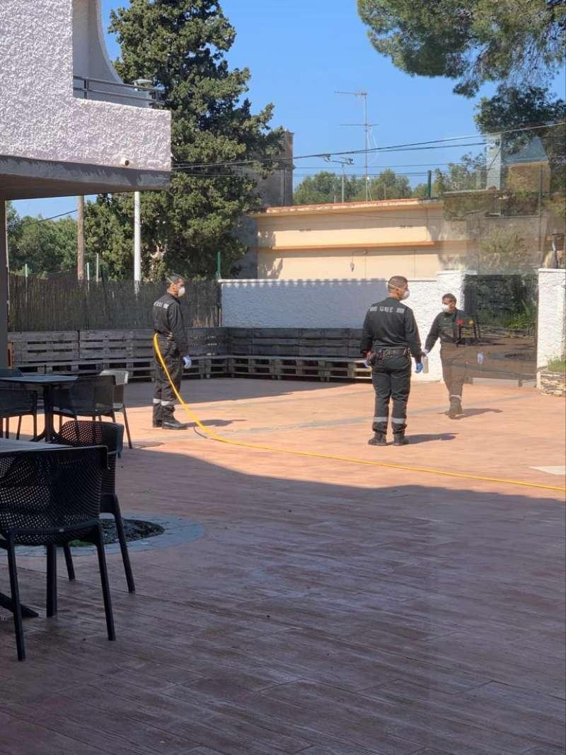La UME realizando tareas de desinfección en las residencias de Riba-roja. / EPDA