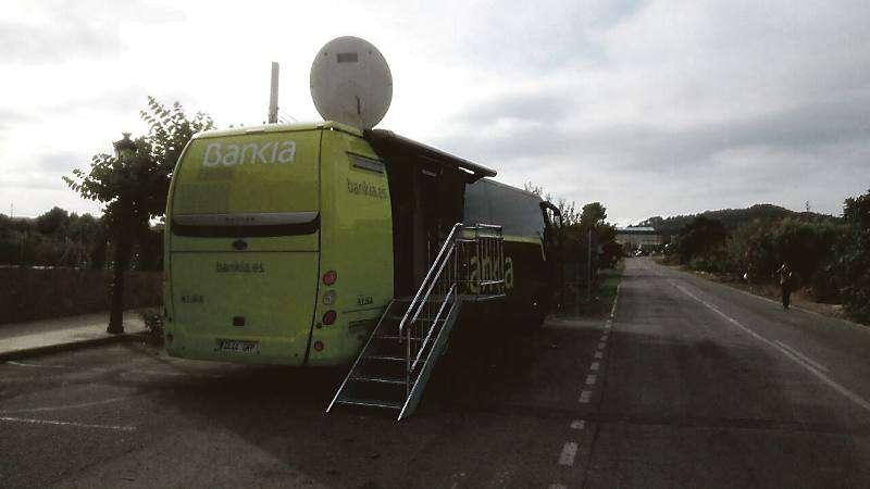El autobús Bankia en el municipio de Algar de Palancia. EPDA