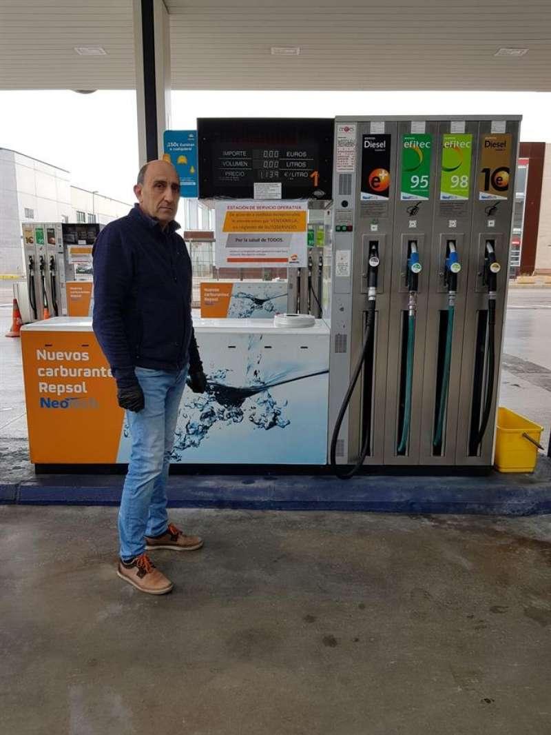 Francisco Fenollosa, propietario de una gasolinera familiar de Museros (Valencia), en una imagen facilitada a EFE.