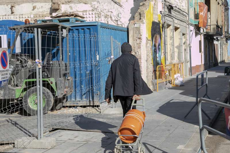 Una persona pasea por el Cabanyal. FOTO ELVIRA FOLGUERÀ