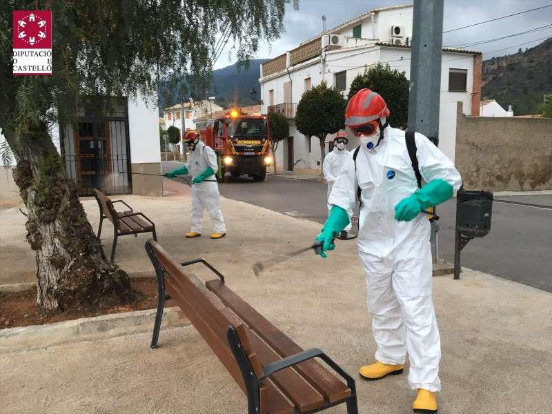 Los bomberos desinfectado la localidad