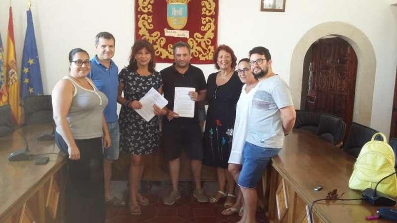 Concejales de Compromís y PSOE, en la firma del acuerdo. EPDA