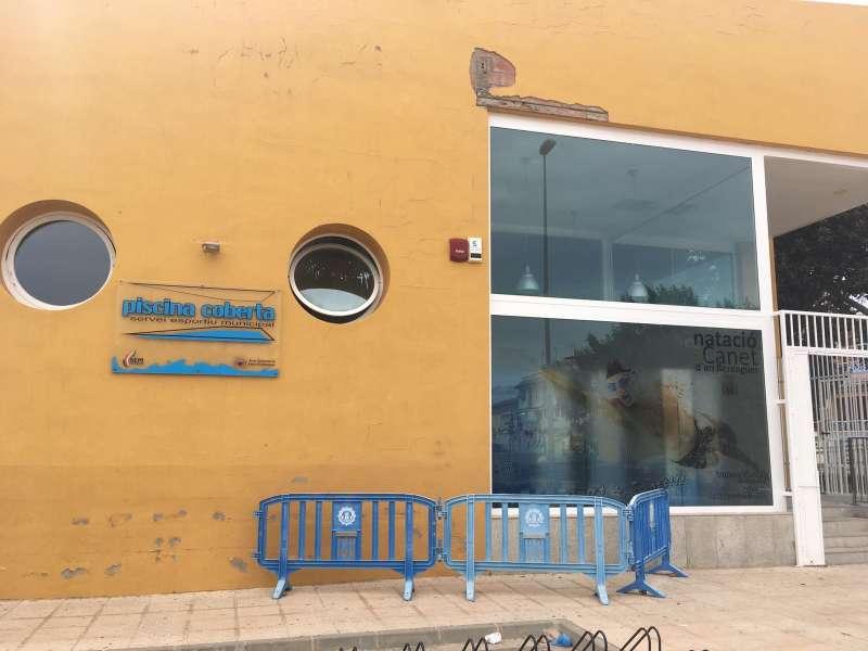 Más de un año cerrada la piscina cubierta de Canet. EPDA