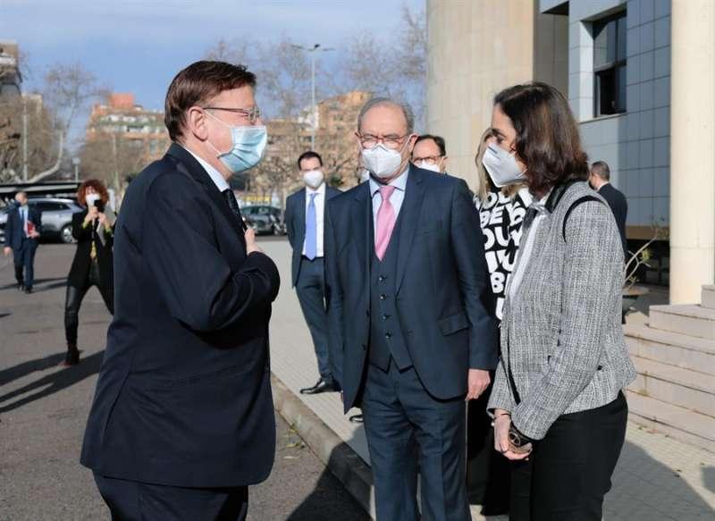 El presidente de la Generalitat, Ximo Puig, y la ministra de Industria, Reyes Maroto, junto al presidente de Ascer, Vicente Nomdedeu.