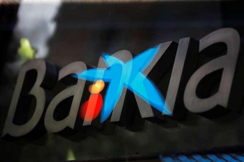 Fotografía de multiexposición que muestra los logotipos de las entidades bancarias Bankia y CaixaBank. EFE