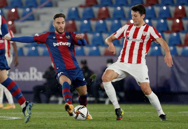 El centrocampista del Athletic de Bilbao Mikel Vesga (d) disputa un balón con Rubén Rochina (i), centrocampista del Levante, durante el partido de vuelta de las semifinales de la Copa del Rey este jueves en el estadio Ciutat de Valencia. EFE/ Manuel Bruque