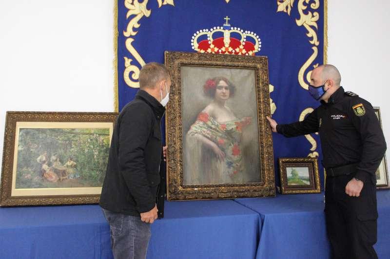 Foto de la entrega al heredero de un marchante de arte las obras recuperadas en agosto tras el robo sufrido en su domicilio. EPDA