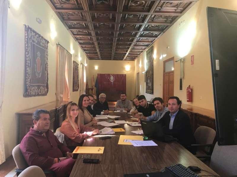 En el Ayuntamiento de Moncada reunión entre empresarios de la localidad con la alcaldesa y el resto de grupos municipales.