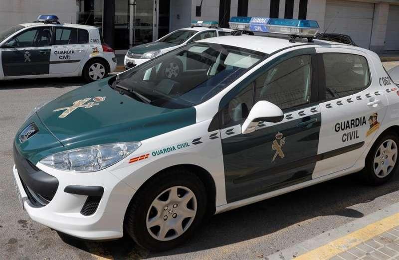 Imagen de archivo de un coche patrulla de la Guardia Civil en una intervención. EFE