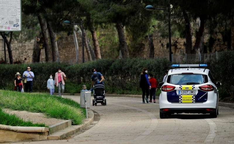 Un coche de la Policía Local de Valencia circula por el jardín del río Turia. EFE