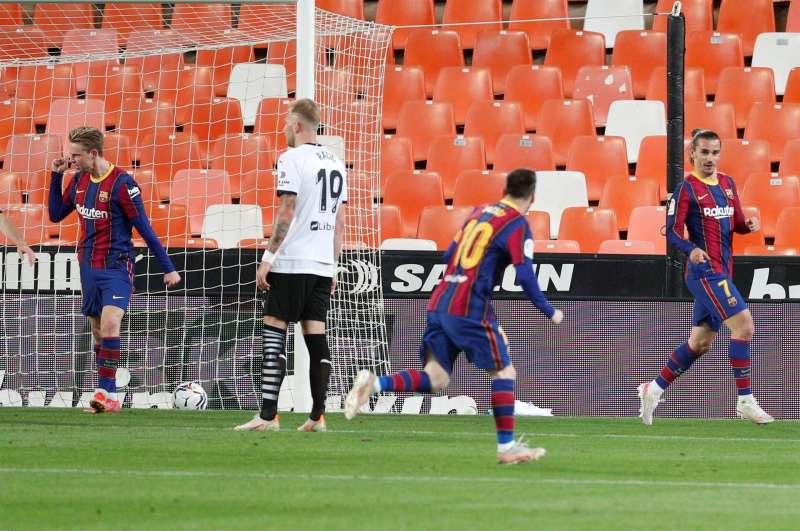 El jugador del FC Barcelona, Leo Messi felicita a su compañero Griezmann tras marcar el segundo gol al Valencia CF durante el encuentro jugado en el estadio de Mestalla (Valencia) correspondiente a LaLiga Santander. EFE/Kai Försterling