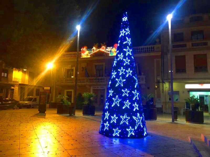 Arbre de Nadal situat a la Plaça del Ajuntament a Foios. -EPDA
