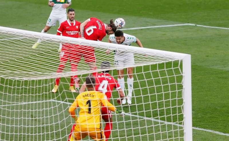 El delantero argentino del Elche, Guido Carrillo, cabecea un balón en el encuentro de su equipo ante el Sevilla.EFE / Manuel Lorenzo