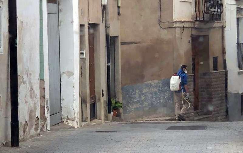 Desinfectando las calles de Segorbe. Foto: MC.Calpe