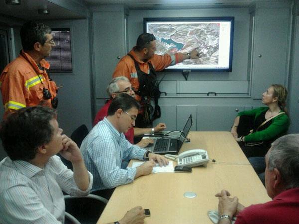 Castellano toma notas de lo que le cuenta uno de los efectivos del incendio de Tuéjar. FOTO GVA