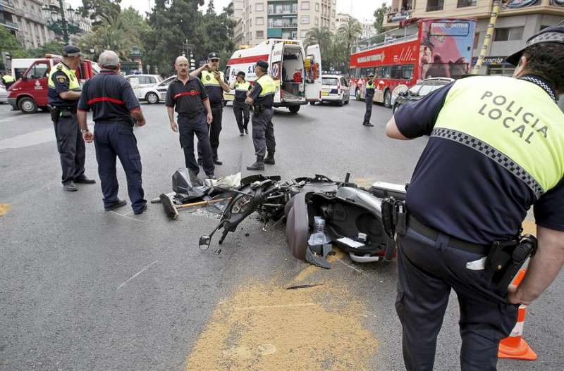 Policía y bomberos regulan el tráfico y retiran una moto tras un accidente en la ciudad de València. EFE/Manuel Bruque/Archivo.
