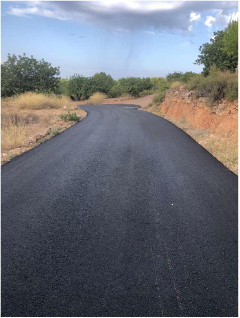 Camino asfaltado en el término de Olocau. / EPDA