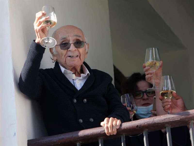El poeta valenciano Francisco Brines celebra en su casa familiar en Oliva (Valencia) la concesión del Premio Cervantes 2020. EFE