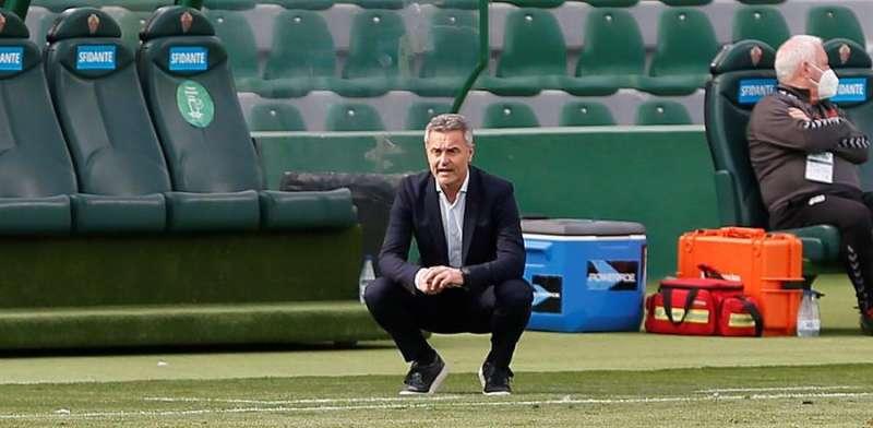 El entrenador del Elche Fran Escribá, durante el partido de LaLiga Santander de la jornada 24 contra el Eibar, este sábado, en el estadio Martínez Valero en Elche. EFE/ Ramón