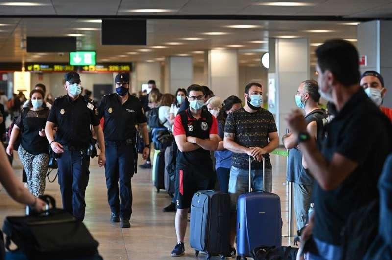Pasajeros en la T-1 del aeropuerto Adolfo Suárez Madrid Barajas, que comienza a operar este miércoles y donde se ralizarán controles sanitarios a los pasajeros que lleguen al aeropuerto. EFE/ Fernando Villar