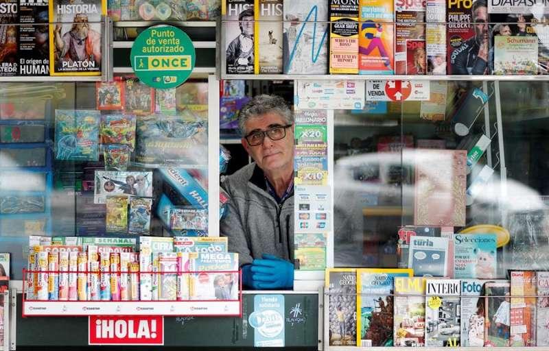 Un quiosquero de València, Ángel Uso Vázquez, que tiene un quiosco en la calle Álvaro de Bazán de València. EFE