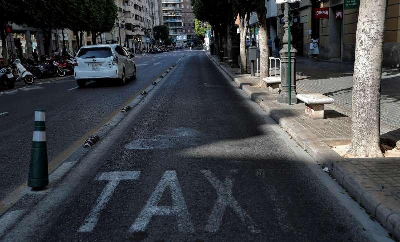 En la imagen, carril de taxi la céntrica calle Colón de València. EFE/ Manuel Bruque/Archivo