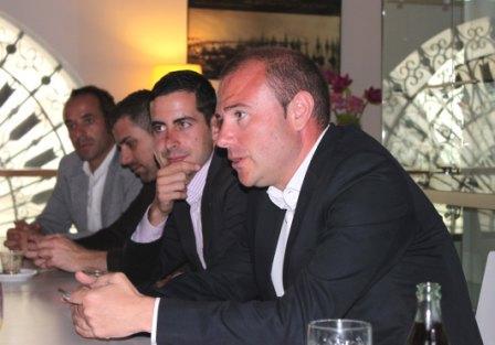 Toni Gaspar, en primer término, con el alcalde de Mislata, en segundo. FOTO EPDA
